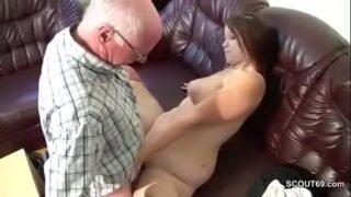 abuelo se folla a su nieta sobre el sofá www.videos xxx