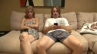 me pongo a ver televisión con mi madrastras y me la chingo en el sofá incestoporno