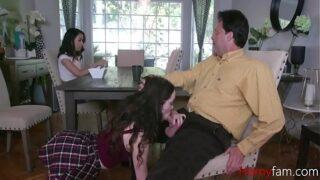 padrastro recibe mamadas ricas de su hijastra frente a su hija mientras come